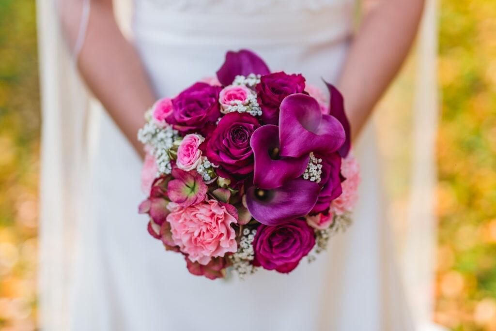 Brautstrauß purpur   Blumenstrauß Hochzeit   Strauß & Fliege