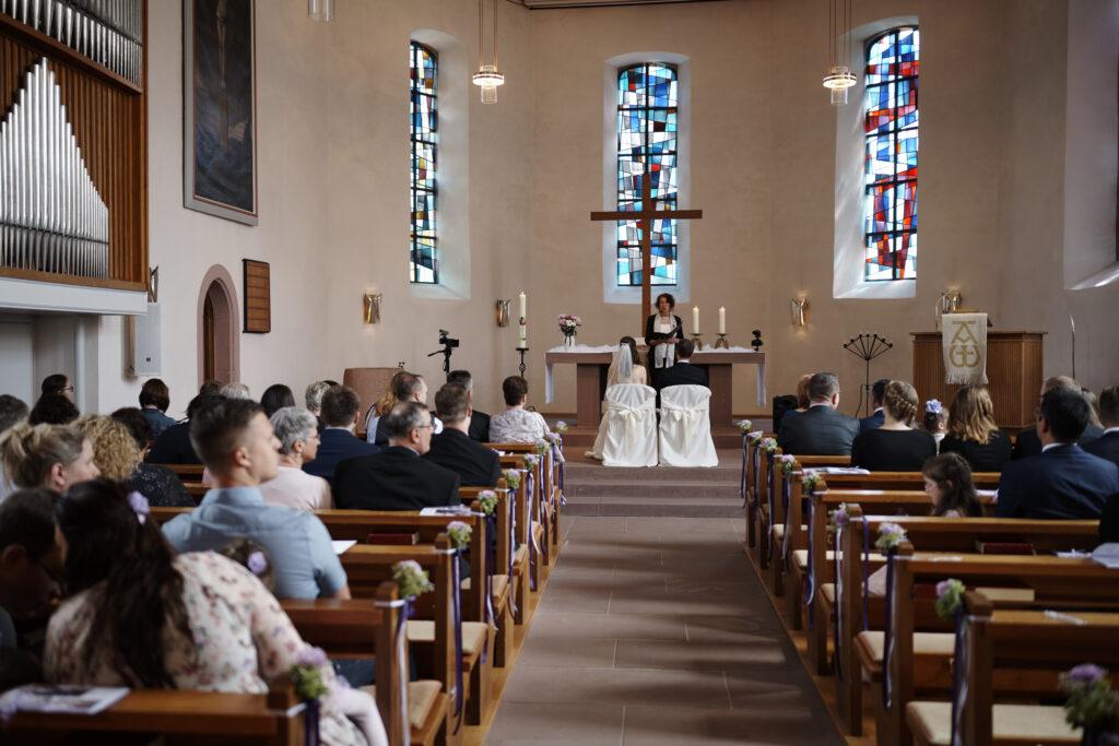 Freie Trauung in der Kirche | Trauredner und Pastor | Strauß & Fliege