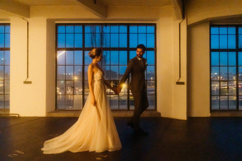 Brautpaar Abend | Freie Trauung Wien | Strauß & Fliege