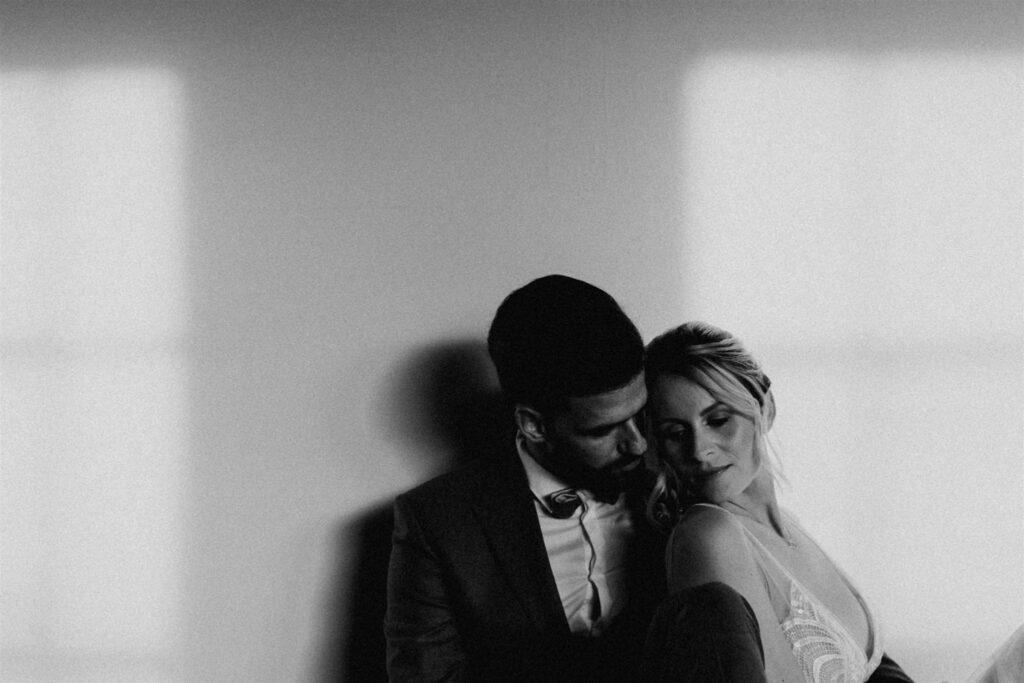Brautpaar NY Style | Freie Trauzeremonie | Strauß & Fliege