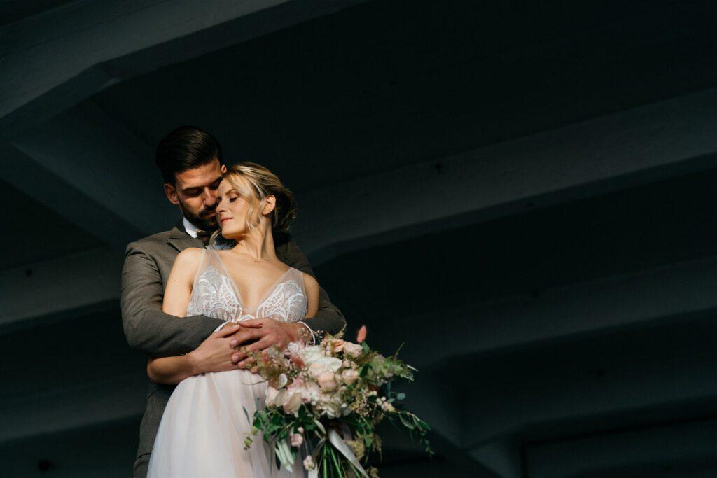 Strahlendes Brautpaar | Freie Trauzeremonie | Strauß & Fliege