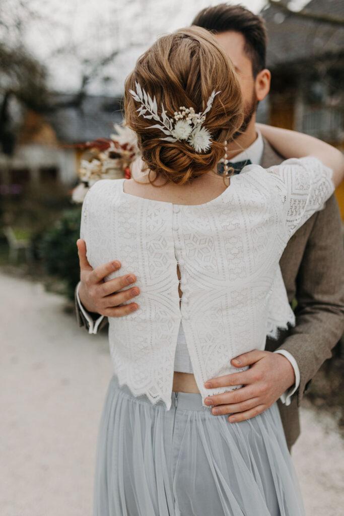 Boho Brautkleid aus Strick und in Farbe   Strauß & Fliege