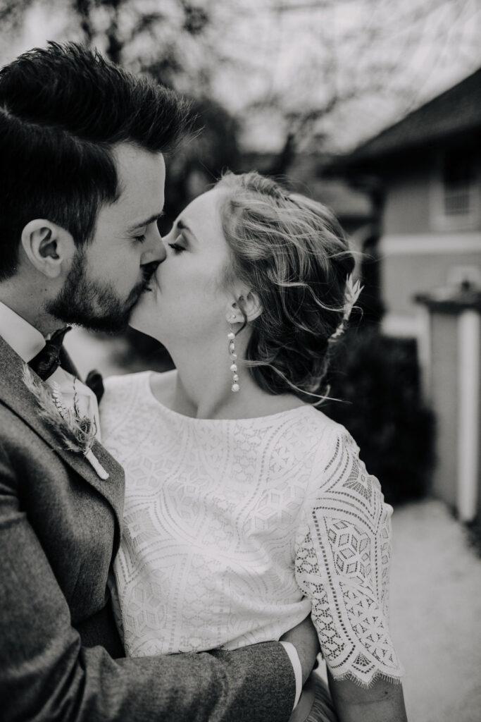 Kuss des Brautpaares   Boho Hochzeit zu zweit   Strauß & Fliege