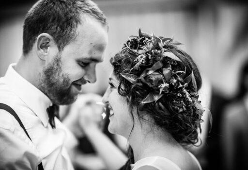 Erster Tanz von Hochzeitspaar in München | Strauß & Fliege