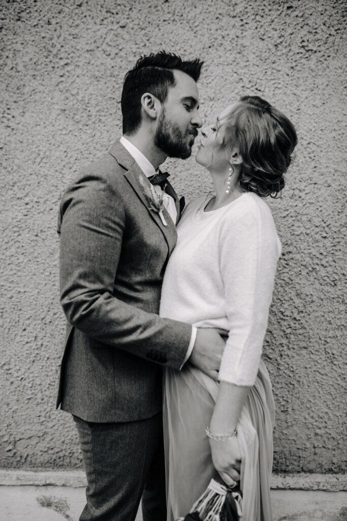 Brautpaar nach der Zeremonie   Boho Hochzeit zu zweit   Strauß & Fliege