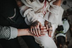 Cooles Brautpaar | Tattoos und Bratkleid | Strauß & Fliege