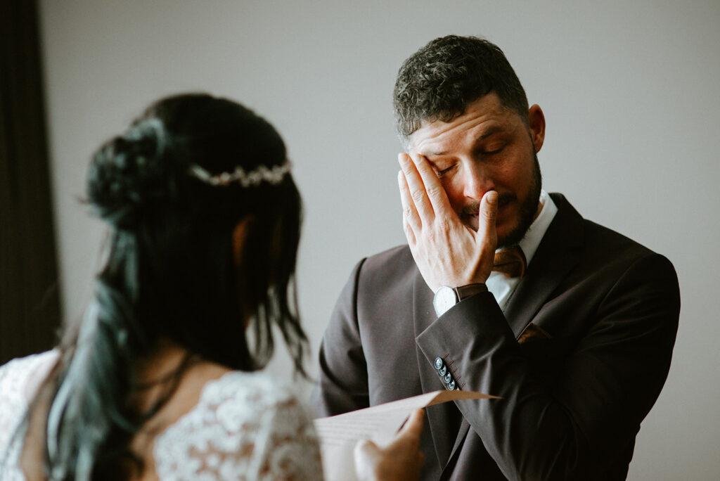 Persönliches Eheversprechen | Bräutigam in Tränen | Strauß & Fliege