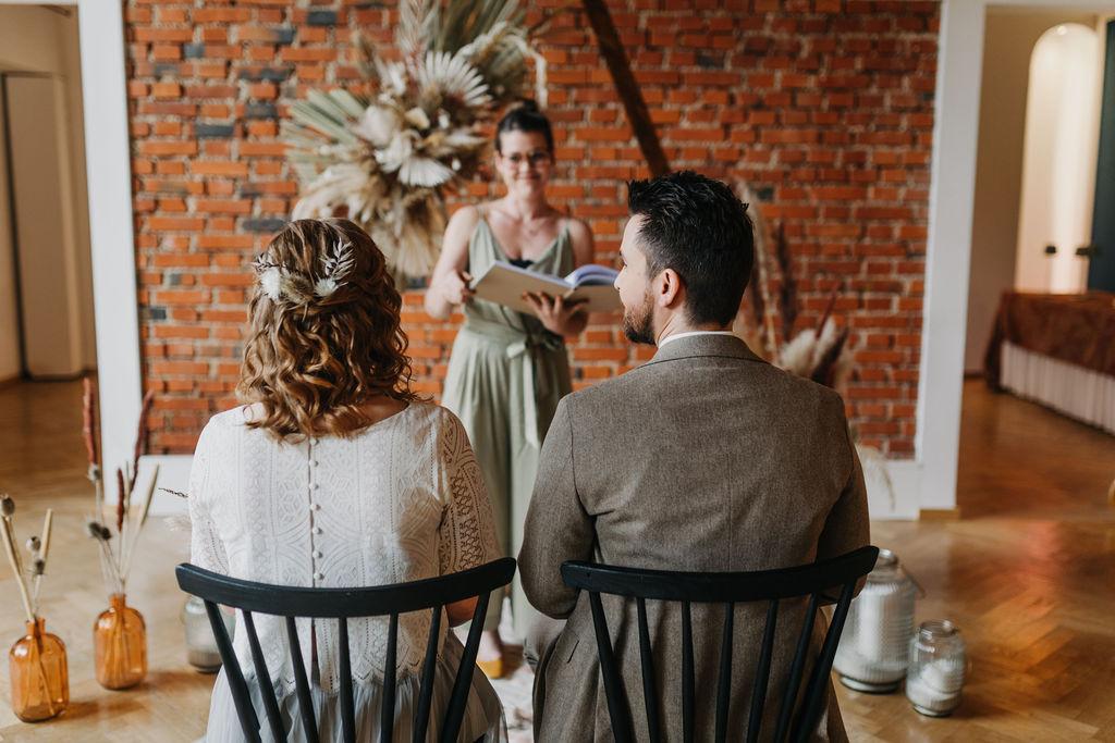 Persönliche Traurede   Brautpaar während Zeremonie   Strauß & Fliege