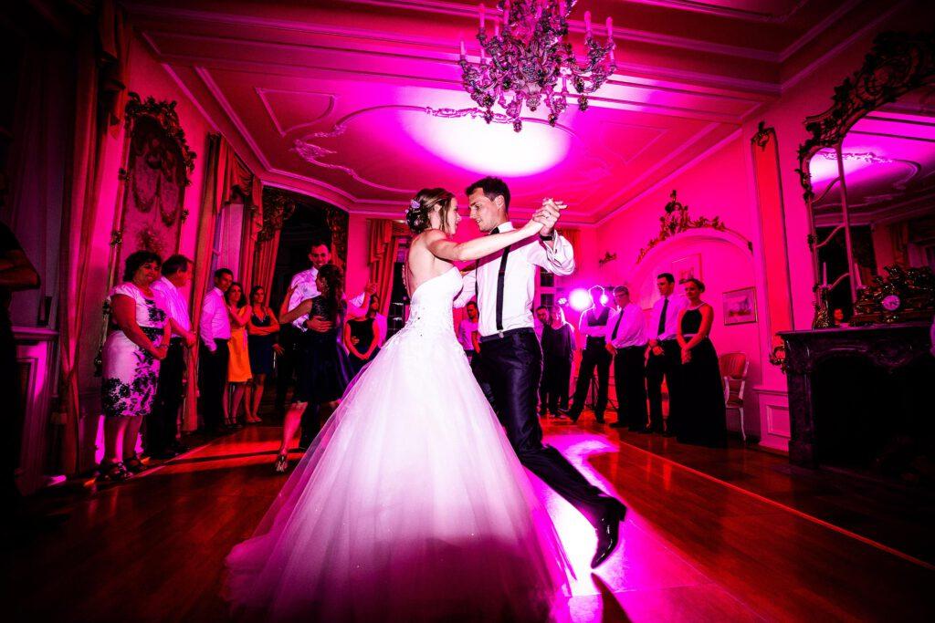 Erster Tanz von Braut und Bräutigam   Strauß & Fliege