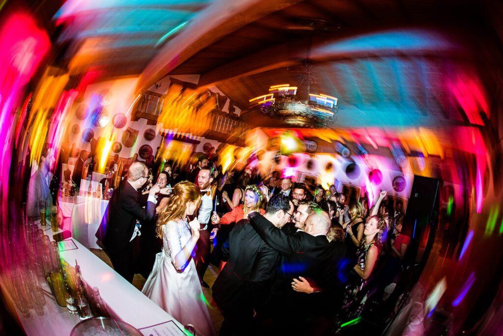 Wilde Party auf der Hochzeitsfeier   Strauß & Fliege